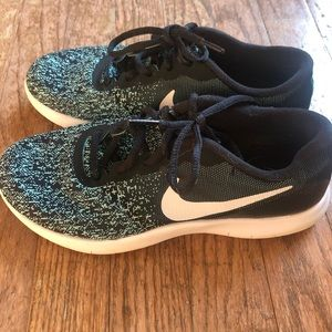 Women's Nike fly knit tennis shoes